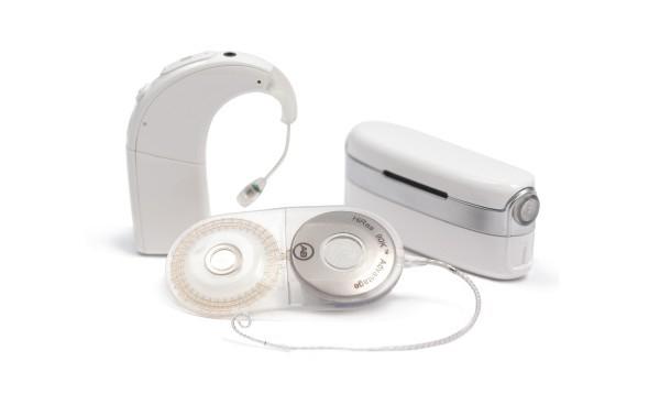 Naída CI Q90 spraakprocessor met T-Mic 2 microfoon in de kleur Alpine White, het HiRes 90K Advantage implantaat en Neptune spraakprocessor met zendspoel in de kleur Alpine White